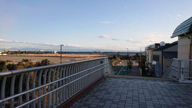 奥の海沿いに見える白い建物が会場となるfeel